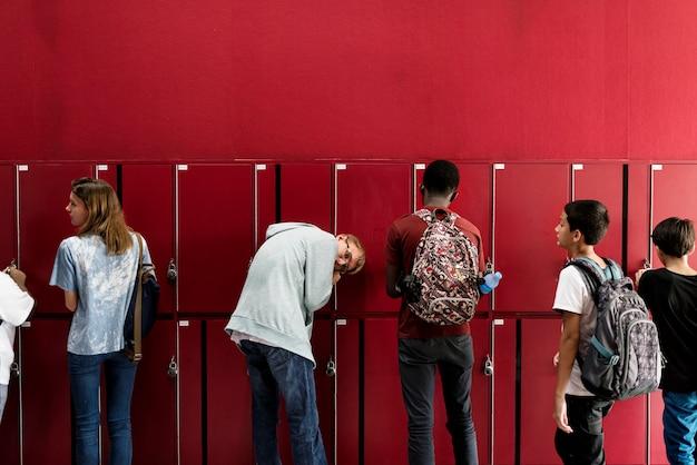 Alunos amigos na sala de armários