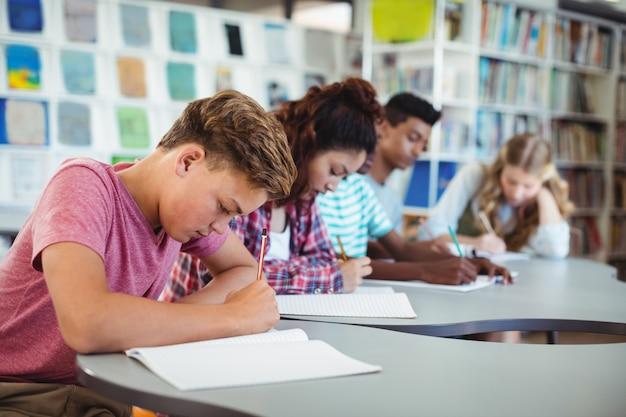 Alunos atentos estudando na biblioteca