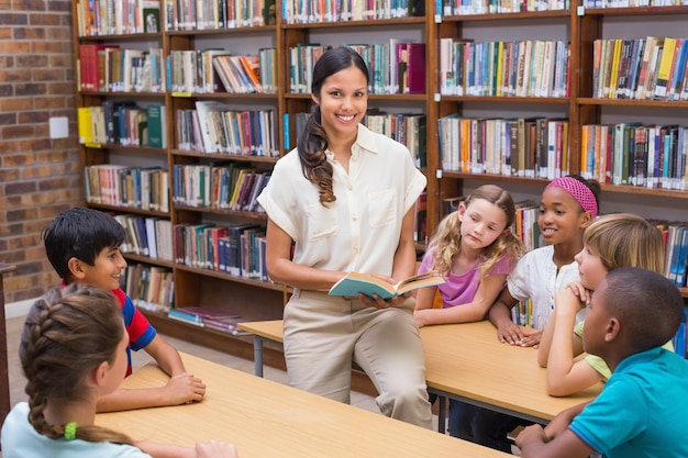 Alunos bonitos e leitura de professores na biblioteca