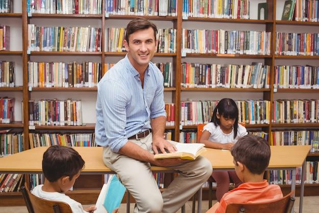 Alunos bonitos e professores que têm aula na biblioteca