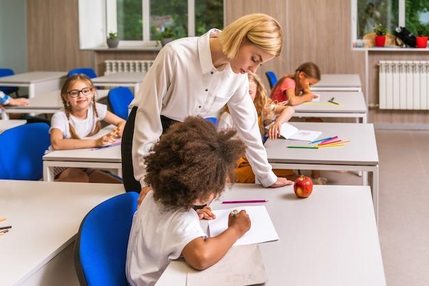 Alunos brincalhões aproveitando o tempo da escola e as aulas com o professor e colegas de classe