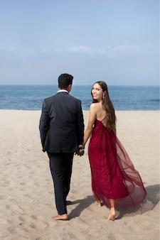 Alunos com roupas de baile na praia