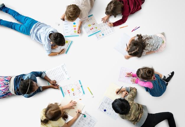 Alunos concentrando-se com matemática lição de casa de aprendizagem