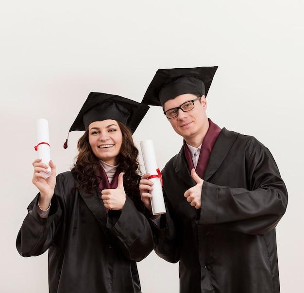 Alunos de graduação felizes de tiro médio