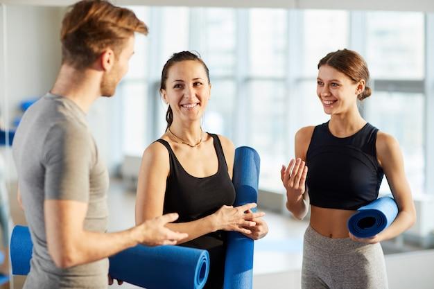Alunos de ioga discutindo novos exercícios