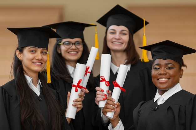 Alunos de pós-graduação usando boné e bata