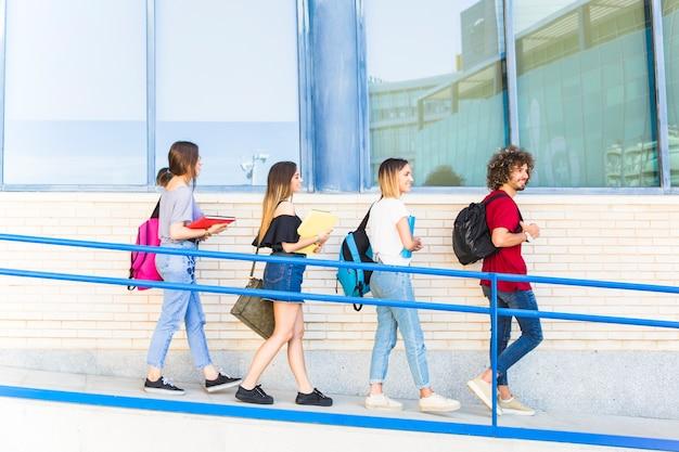 Alunos descendo a rampa da universidade