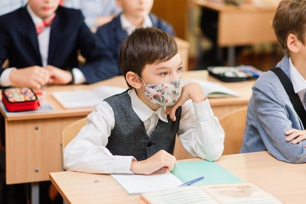 Alunos do ensino fundamental escrevendo em livros na sala de aula