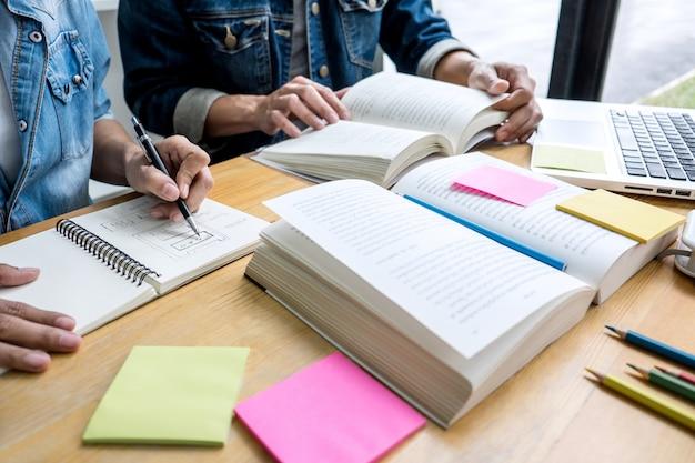Alunos do ensino médio ou tutor de grupo de colegas de classe na biblioteca, estudando e lendo com ajuda amigo fazendo lição de casa