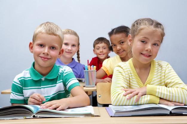 Alunos do ensino primário inteligentes em sala de aula