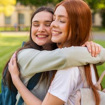 Alunos em close-up felizes por voltar à universidade