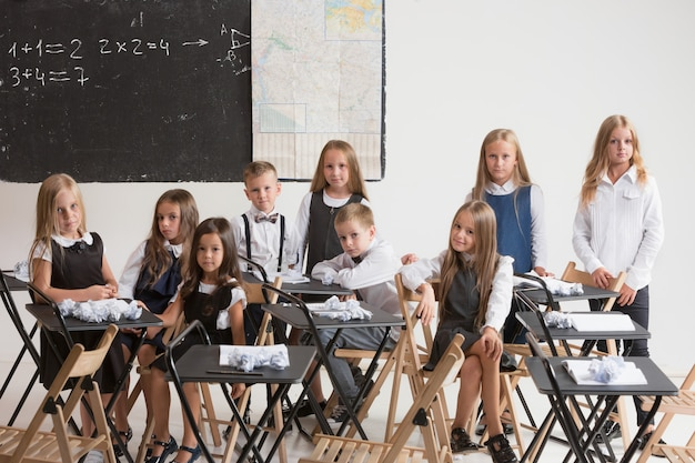 Alunos em sala de aula na lição.