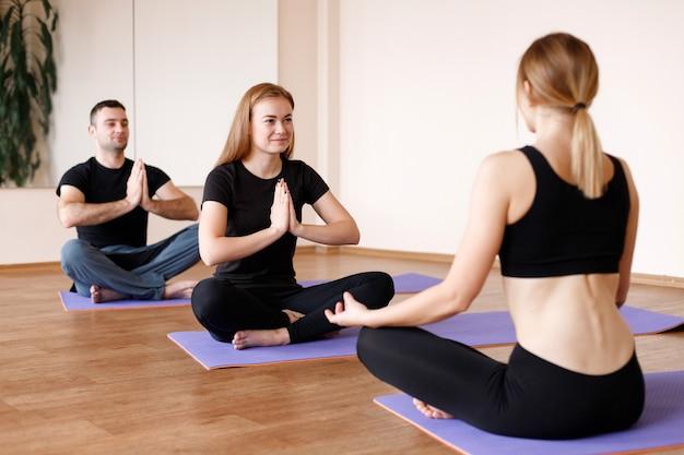 Alunos em uma aula de ioga em grupo