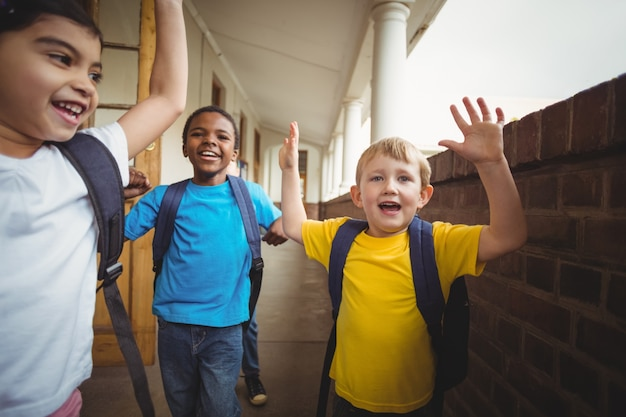 Alunos felizes saindo da sala de aula