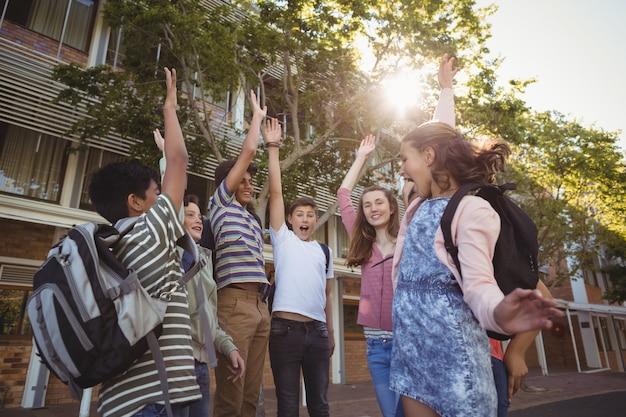 Alunos felizes se divertindo no campus