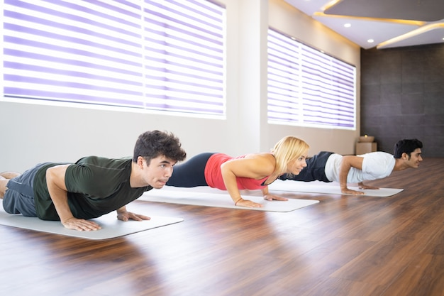 Alunos focados praticando yoga na aula