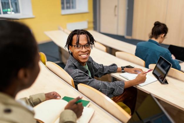 Alunos frequentando uma aula na universidade