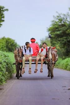 Alunos indianos fofos em um carro de boi