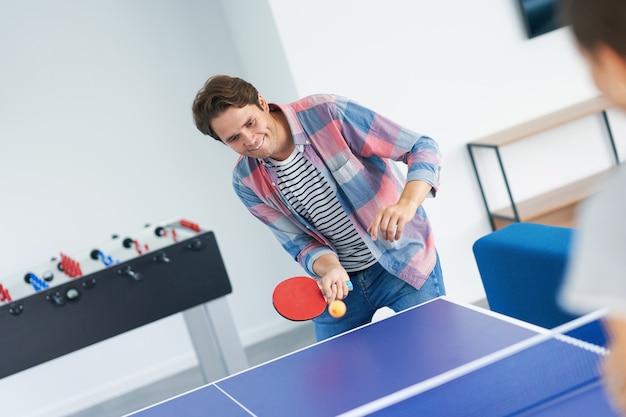 Alunos jogando tênis de mesa no campus