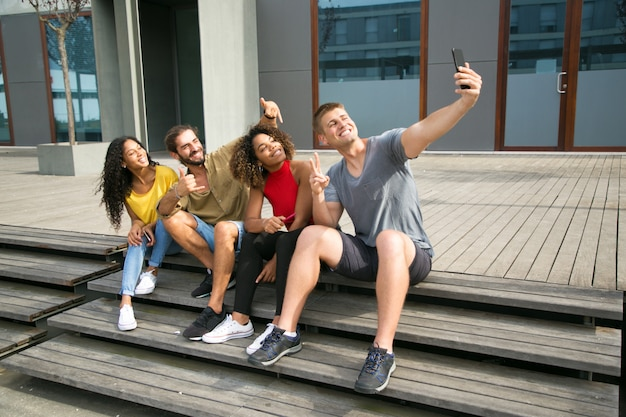 Alunos multiétnicas felizes tomando selfie