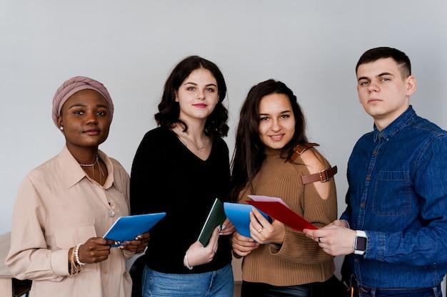 Alunos multiétnicos e professores estudam línguas estrangeiras juntos em sala de aula.