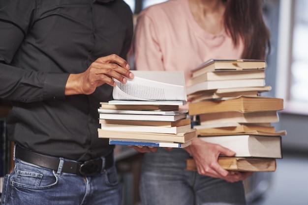Alunos multirraciais na biblioteca em busca de informações juntos
