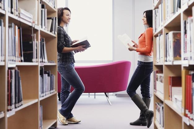 Alunos na biblioteca