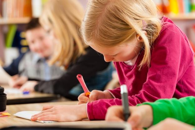 Alunos na escola fazendo lição de casa