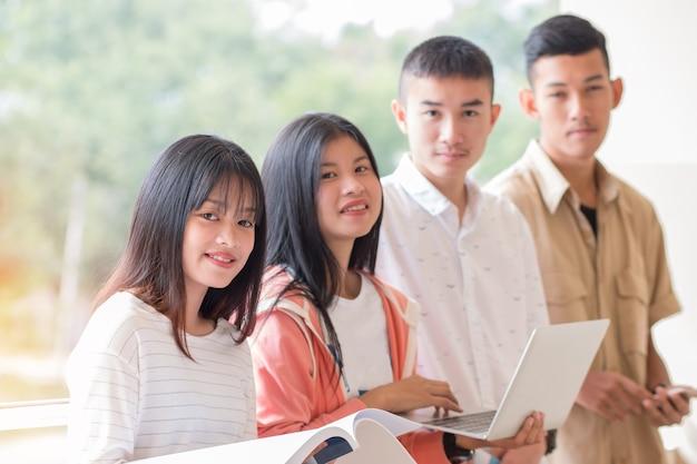 Alunos ou startup business grupos do young asian college usando tablet para estudar juntos