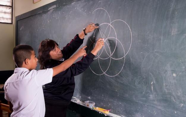 Alunos peruanos sul-americanos posando sozinhos e com seus professores realizando tarefas