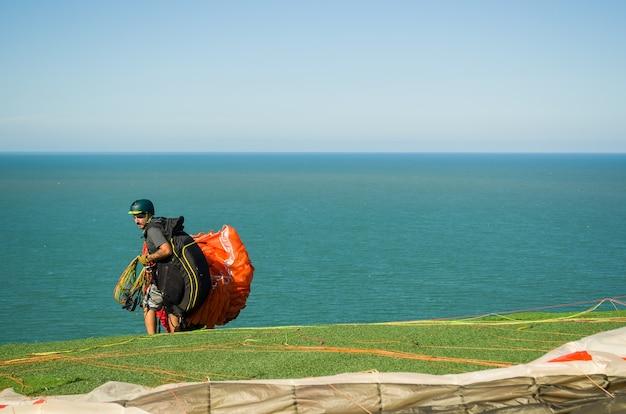 Alunos praticando parapente na colina