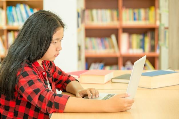 Alunos que se concentram na educação na biblioteca