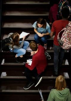 Alunos relaxando nas escadas