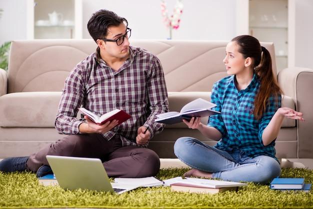 Alunos se preparando para os exames universitários