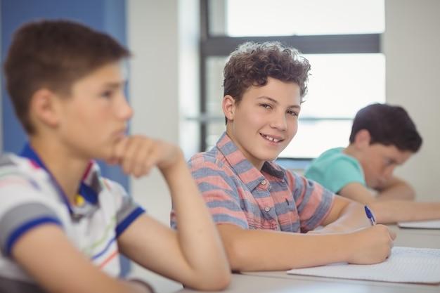 Alunos sentados na mesa na sala de aula