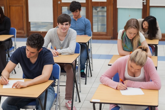 Alunos sentados na sala de exame