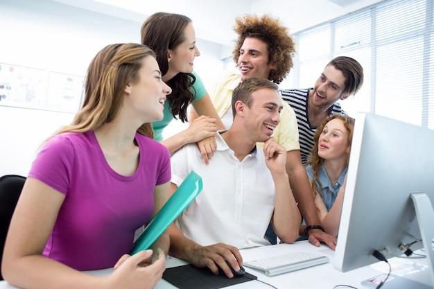 Alunos sorridentes na aula de informática