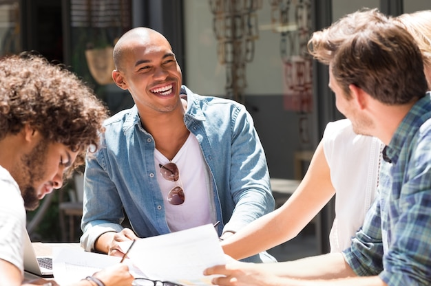 Alunos universitários alegres estudando juntos para o próximo exame
