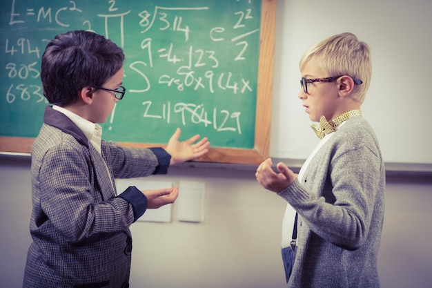 Alunos vestidos como professores discutindo em uma sala de aula