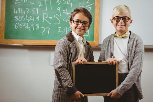 Alunos vestidos como professores segurando quadro