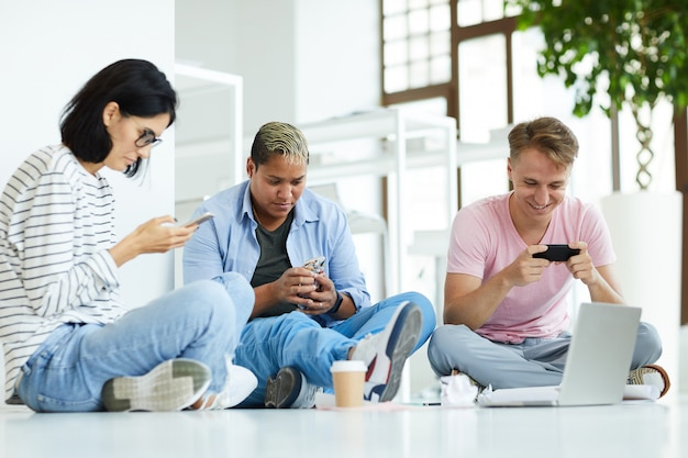 Alunos viciados em tecnologia procurando informações na internet
