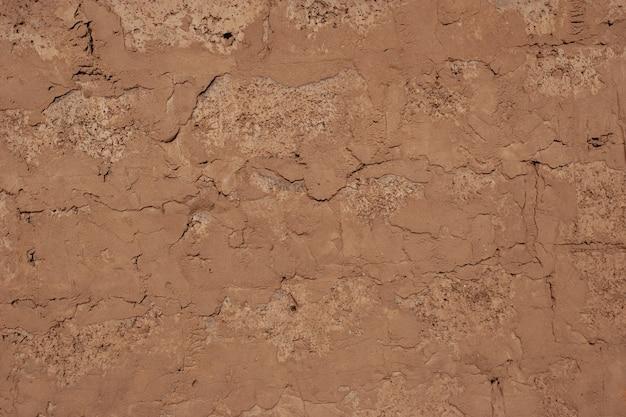 Alvenaria de blocos antigos com argamassa de cimento. alvenaria. cor marrom.