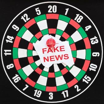 Alvo de dardos com notícias falsas