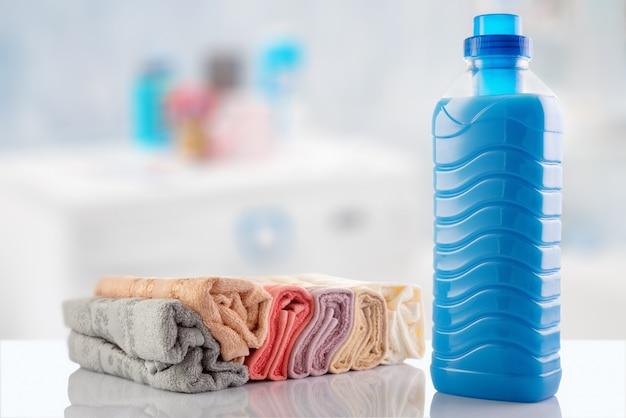 Amaciante de roupa com toalhas limpas