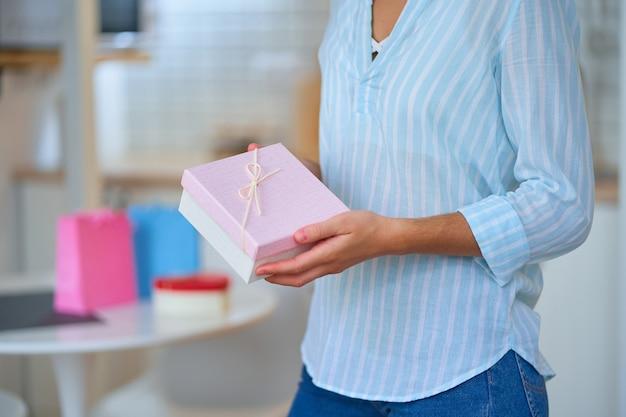Amada e adorável mulher recebeu uma caixa de presente no dia das mulheres e 8 de março