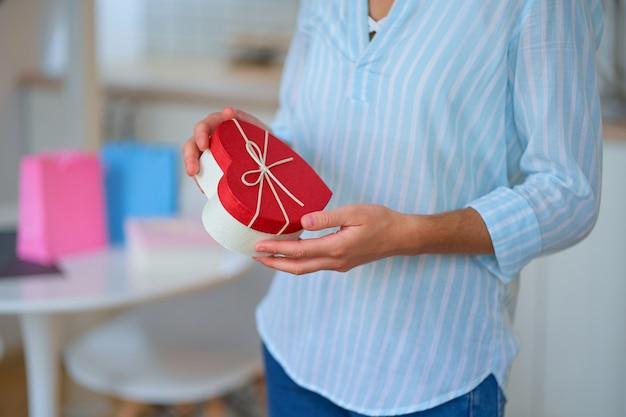 Amada mulher recebeu uma caixa de presente em forma de coração no dia dos namorados, dia 14 de fevereiro