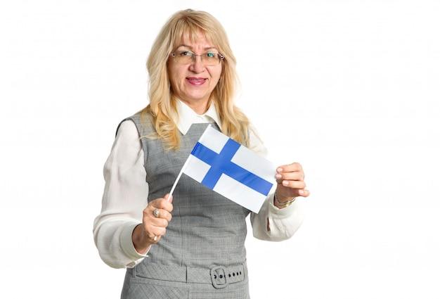 Amadureça a mulher feliz nos vidros com a bandeira da finlândia em um fundo branco.