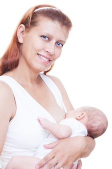 Amamentação da mãe e do bebê recém-nascido em fundo branco