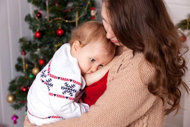 Amamentação. mamãe alimenta a criança.