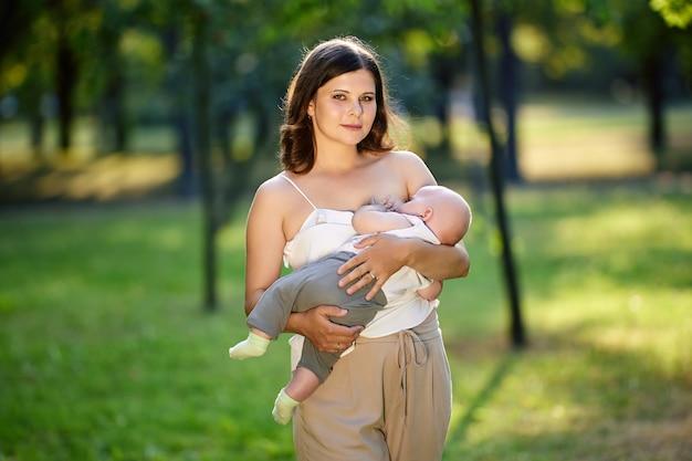 Amamentação pública no parque por mulher com bebê